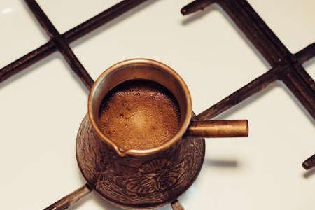 Turka met koffie op het gasfornuis.