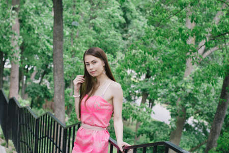 Portrait of a beautiful young girl on a clear sunny day. Green trees Banque d'images