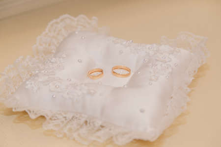 Wedding rings on a white pad and a wooden light table. Banque d'images - 118109511
