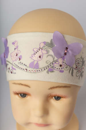 Tête de mannequin enfant avec bandage pour filles sur fond blanc