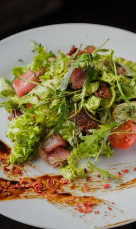 Salade de légumes sur une assiette sur fond de verre Banque d'images