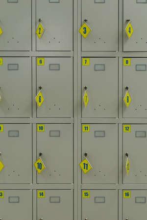 IJzeren opslagcellen in een supermarkt met uitstekende sleutels. Stockfoto