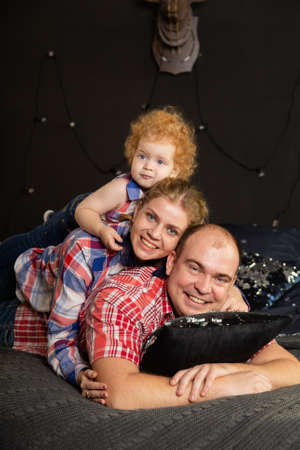 Happy cheerful family on New Years bed. Happy New Year 2020. Archivio Fotografico - 135866862