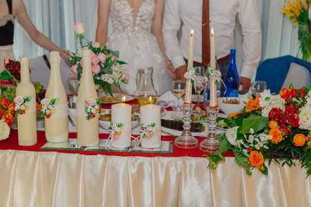 Beautiful decoration of the wedding table with flowers and candles. Standard-Bild - 140192998