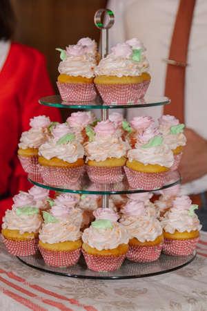 Beautiful fresh cakes on the festive table. Standard-Bild - 140192984