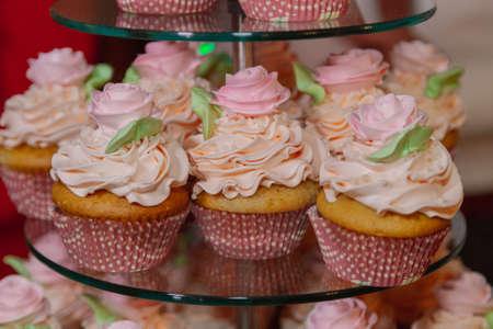 Beautiful fresh cakes on the festive table Standard-Bild - 140195859