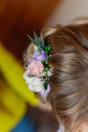 Beautiful fresh natural flowers in a womans hair. 版權商用圖片