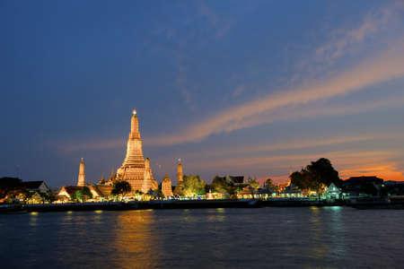 phraya: Iluminado Wat Arun cerca del r�o Chao Phraya, en Bangkok, Tailandia Foto de archivo