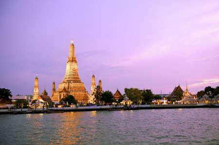 iluminados: Iluminado Wat Arun, el templo budista de la madrugada, cerca del río Chao Phraya, en Bangkok, Tailandia