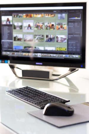 estación de trabajo compuesta por teclado, mouse, monitor y PC