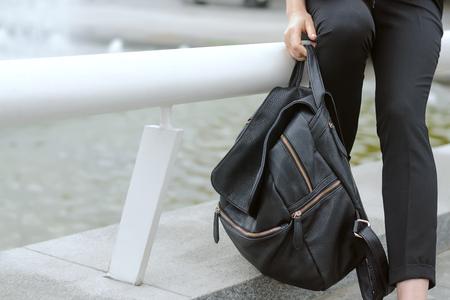 cansancio: La fatiga, el concepto de cansancio. Una muchacha que sostiene una pesada mochila en la mano