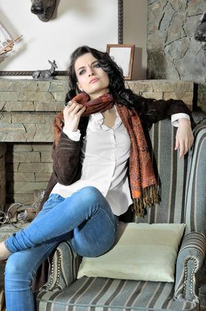 jeans apretados: Modelo muestra la ropa de moda en una casa de campo. Llevaba unos vaqueros ajustados oscuros azules, una camisa blanca y una chaqueta de gamuza.