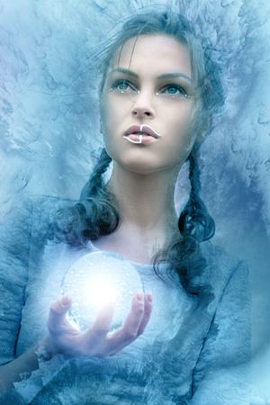 Het meisje houdt een glas gloeiende bol. Stilering foto fantasie stijlen.
