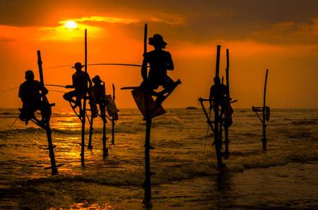 スリランカで夕日を伝統的な漁師のシルエット 写真素材 - 87252674