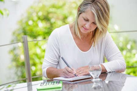 gente exitosa: mujer rubia de mediana edad que trabajan en casa sin estr�s Foto de archivo