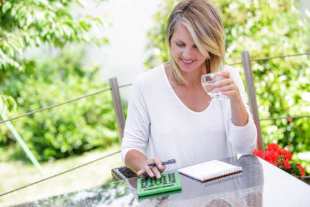 middle aged blond woman working at home without stress Banque d'images