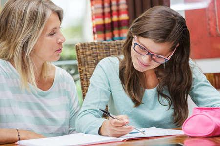 mooie student meisje dat tutoring banen met mooie blonde lerares Stockfoto
