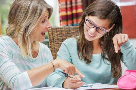 tutor: chica guapa estudiante que toma cursos de tutoría con bella profesora rubia Foto de archivo
