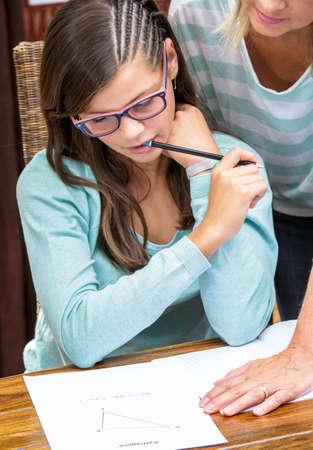 teorema: bonita estudiante tomar cursos de matemáticas en el teorema de Pitágoras con el maestro rubia de mediana edad
