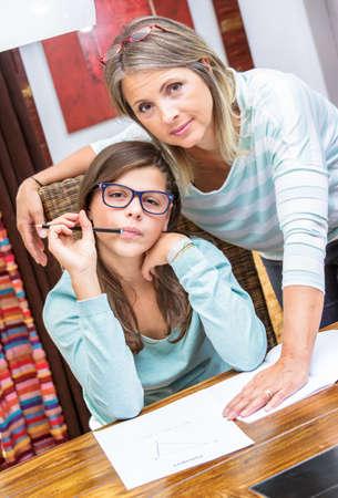 teorema: bonita estudiante tomar cursos de matemáticas en el teorema de Pitágoras con el maestro rubia media