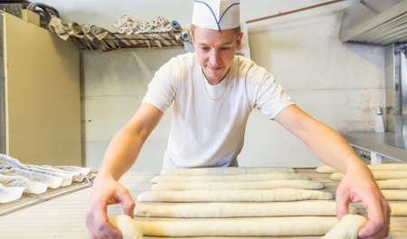 haciendo pan: panadero que hace el pan con sus manos Foto de archivo