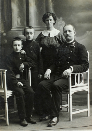 fashion photos: RUSSIAN EMPIRE - CIRCA 1900 Vintage family portrait  Mother, father and children