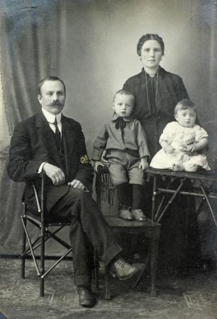 Russische rijk - CIRCA 1900 Vintage familie portret van de moeder, vader en kinderen Redactioneel