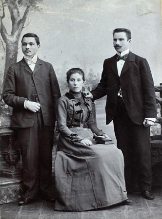 Russische rijk - CIRCA 1910 Vintage foto toont drie jonge vrienden het dragen van elegante kleding