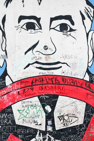BERLIN, GERMANY - JUNE 2018: Graffiti and artworks at the East Side Gallery on June 02, 2018 in Berlin, Germany. East Side Gallery is an international memorial for freedom. Imagens - 131611379