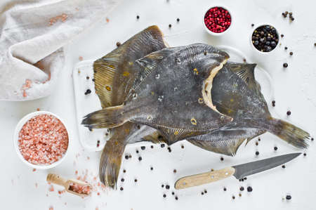 Raw plaice, ingredients for cooking. White background, top view Banque d'images