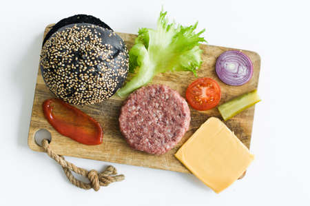 Ingredients for the black Burger on wooden cutting Board Banque d'images - 121254383