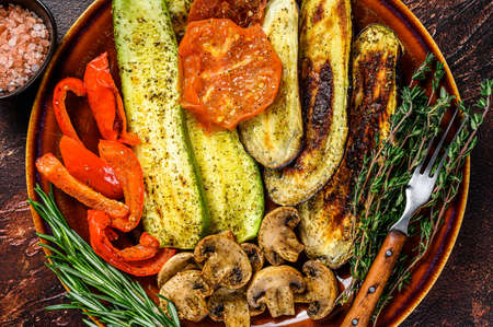 Grilled mix vegetables in a rustic plate. Dark background. Top view 免版税图像