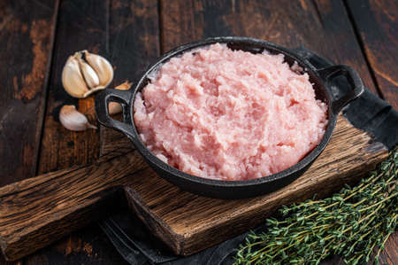 Uncooked Raw minced chicken and turkey meat in a pan with herbs. Dark wooden background. Top view 免版税图像 - 168547919