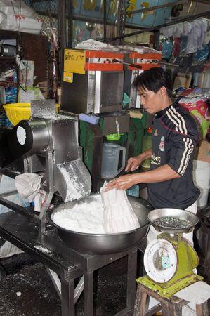 BANGKOK - 29 maart 2011: man die kokosmelk maakt van kokosnoot op 29 maart 2011 op de markt in Bangkok, Thailand