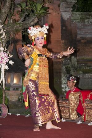UBUD - 05 April 2011: dancinggirl in Ubud Bali dancing for tourist  on April 05 2011 in Ubud, Indonesia Editorial