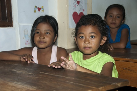 PETAK - 3 April 2011:children in old classroom getting education on April 3, 2011 in Petak, Bali Indonesia   Stock Photo - 9338353