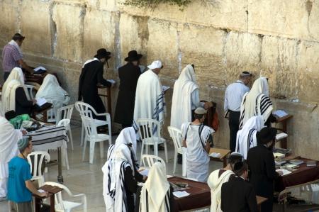 hombre orando: la gente en el muro de las lamentaciones en Jerusal�n