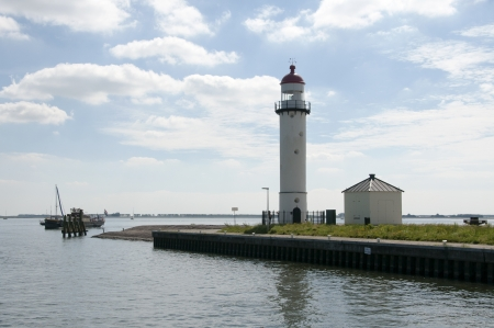 the lighthouse in the harbour in holland called Hellevoetsluis Foto de archivo