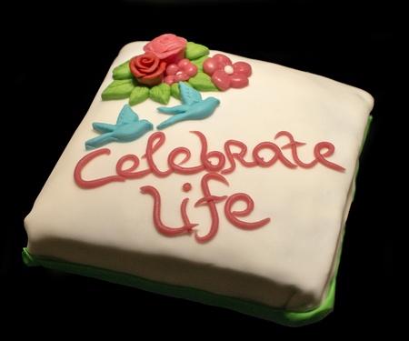 het leven vieren taart op zwarte achtergrond