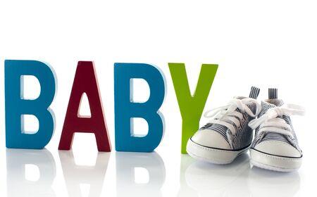 木製のテキストと赤ちゃんのスポーツの靴