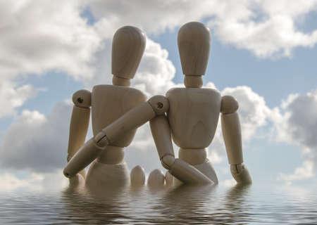 position d amour: deux marionnettes en bois comme aimer en dehors de couple dans l'eau avec le ciel bleu