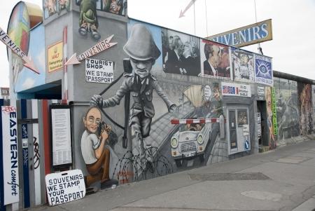 segmento: La East Side Gallery - la pi� grande galleria d'arte all'aperto del mondo su un segmento del muro di Berlino Editoriali