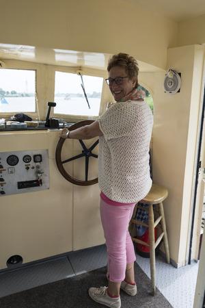 helm boat: Mujer en el timón de la embarcación
