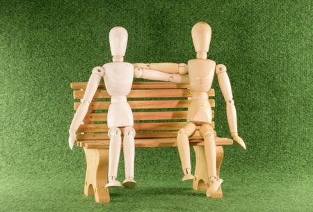 marioneta de madera: dos juguetes de la marioneta de madera como el amor pareja en el banco Foto de archivo