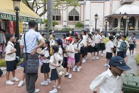 SINGAPORE - MARCH 8, 2007: Unknown children lin school uniform line up in Singapore on march 2007, the children ware uniform because of english tradition Banco de Imagens - 45995869