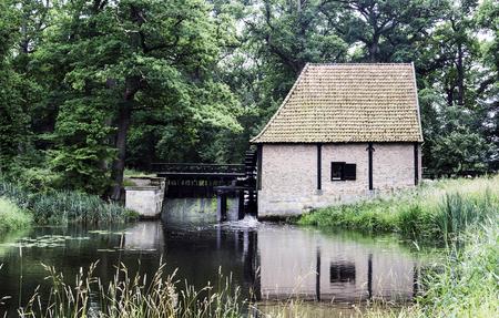 molino de agua: Antiguo molino de agua con el puente en la zona natural holandés Twente cerca del lugar Delden Foto de archivo