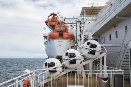 salvavidas: bote salvavidas en un crucero en el mar