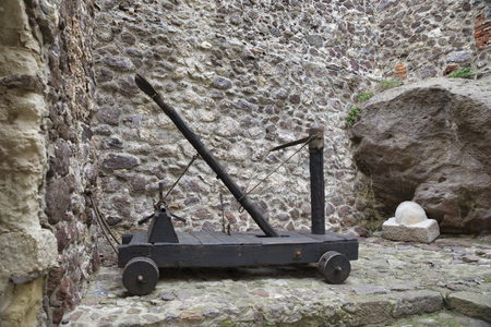 old catapult with stones as old weapon Imagens