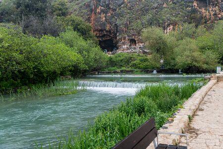 Op de achtergrond van de Banias-bron bevindt zich de Pans-grot, waar de waterweg in de oudheid is ontstaan Stockfoto