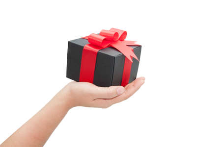 dar un regalo: mano con la caja de regalo negro sobre fondo blanco